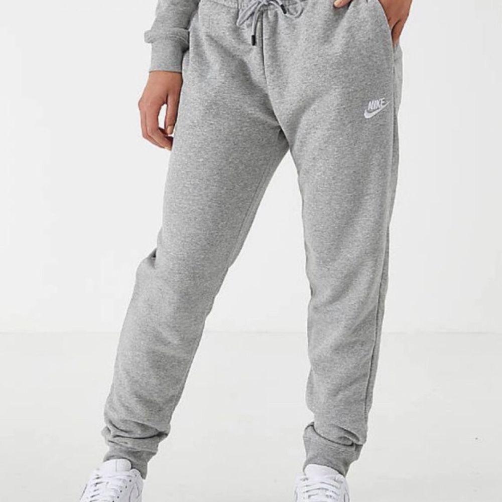 Säljer ett par gråa mjusbyxor från nike i stl S. Sparsamt använda i fint skick. Skriv om du har frågor eller vill köpa byxorna 💕. Jeans & Byxor.