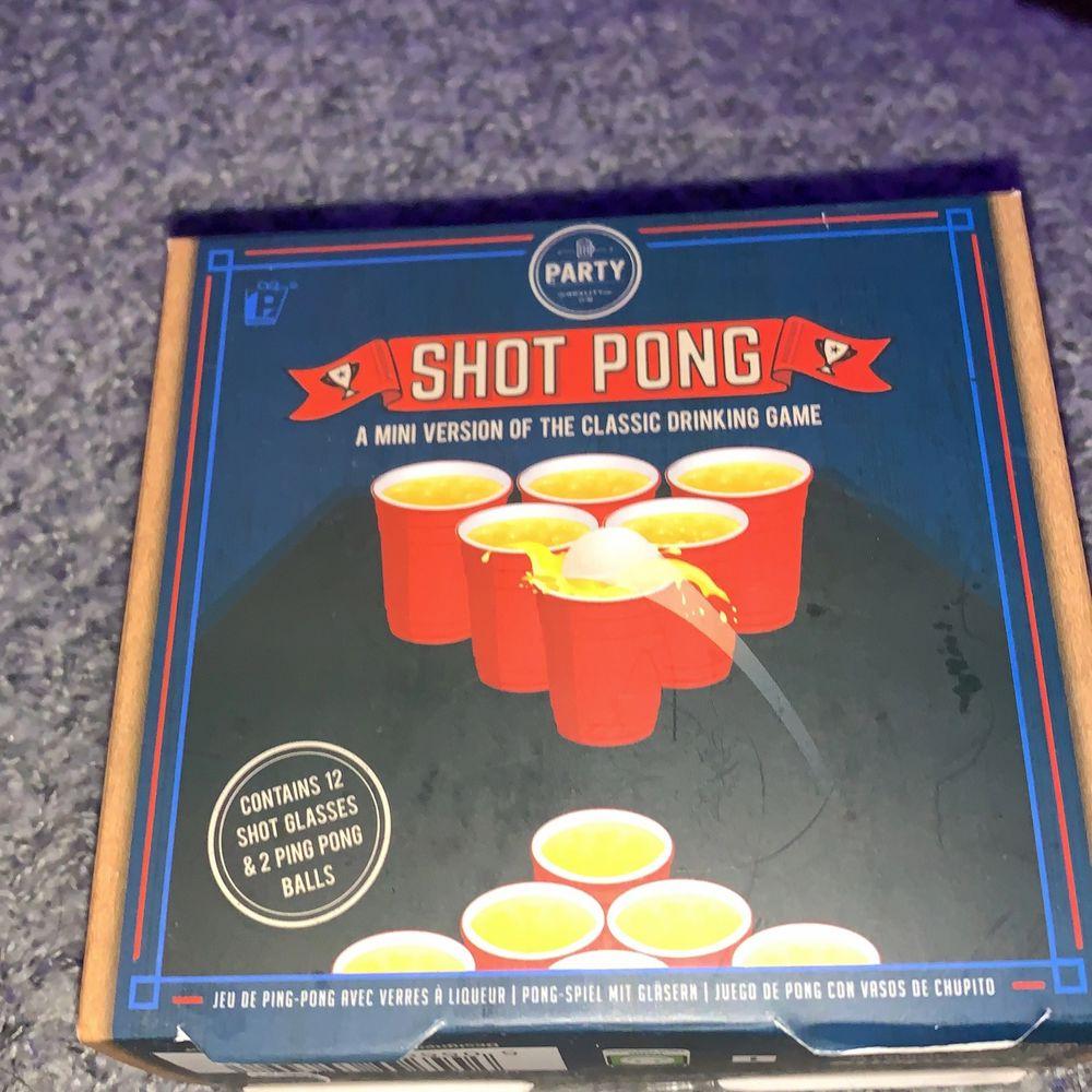 Miniversionen av det klassiska alkoholspelet! Aldrig använd, men lådan är lite trasig(se bilder). Innehåller 12st shot glas och 2 ping pong bollar.. Accessoarer.