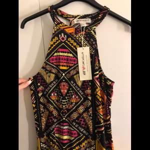 En långklänning från H&M (kollektionen H&M X COACHELLA). Aldrig använd. Rak hela vägen ner.