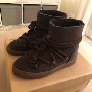 Super snygga nästan helt oanvända skor ifrån inuikii! De är i en jätte cool mörkbrun färg och är som sagt nästan helt oanvända. Strl 38🥰