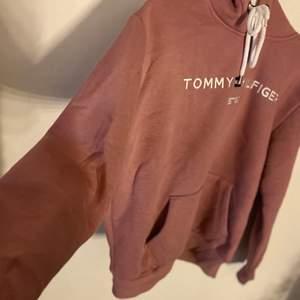 Tommy hilfiger tjocktröjan som är i en super fin färg😍 Kommit till användning några fåtal gånger. Så skön att ha på vintern då den är tjock å super skön på insidan. ( INTE ÄKTA & frakt tillkommer )