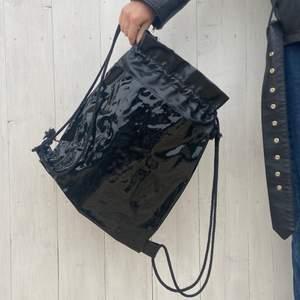 En cool väska/ryggsäck i lack! Tror väskan är från junkyard. Då jag köpte den för länge sedan minns jag inte det..