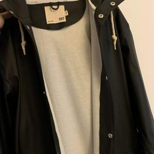 Jättefin svart regnjacka med luva och stora fickor från lager 157. Storlek L/XL men passar även bra för den som gillar oversize!😍