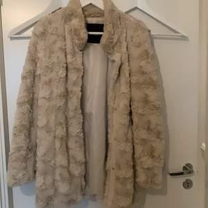 Päls jacka från vero moda, 250kr. Knappt använd, dessutom i mycket bra skick säljs på grund av ingen användning