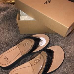 Säljer mina ugg sandaler då de aldrig kom till användning i storlek 37 köpte de för 1000kr. Köpare står för frakt📦🤍