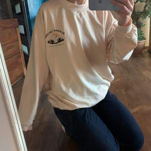intressekoll på denna fina sweatshirt från itgirl på instagram. den är one size men den sitter oversized. nypris 300kr. 🤍🦦 köparen står för frakten