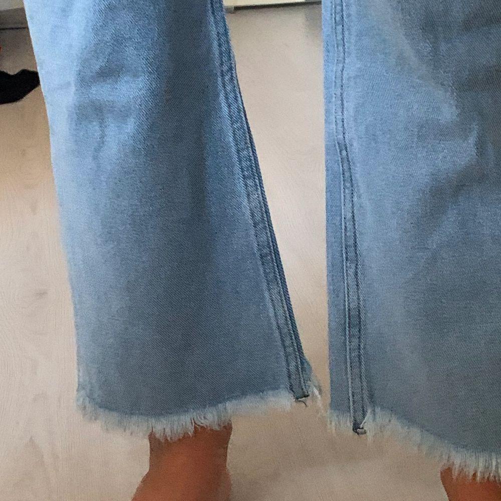Blå jeans, oanvända men sjukt snygga. Jeans & Byxor.