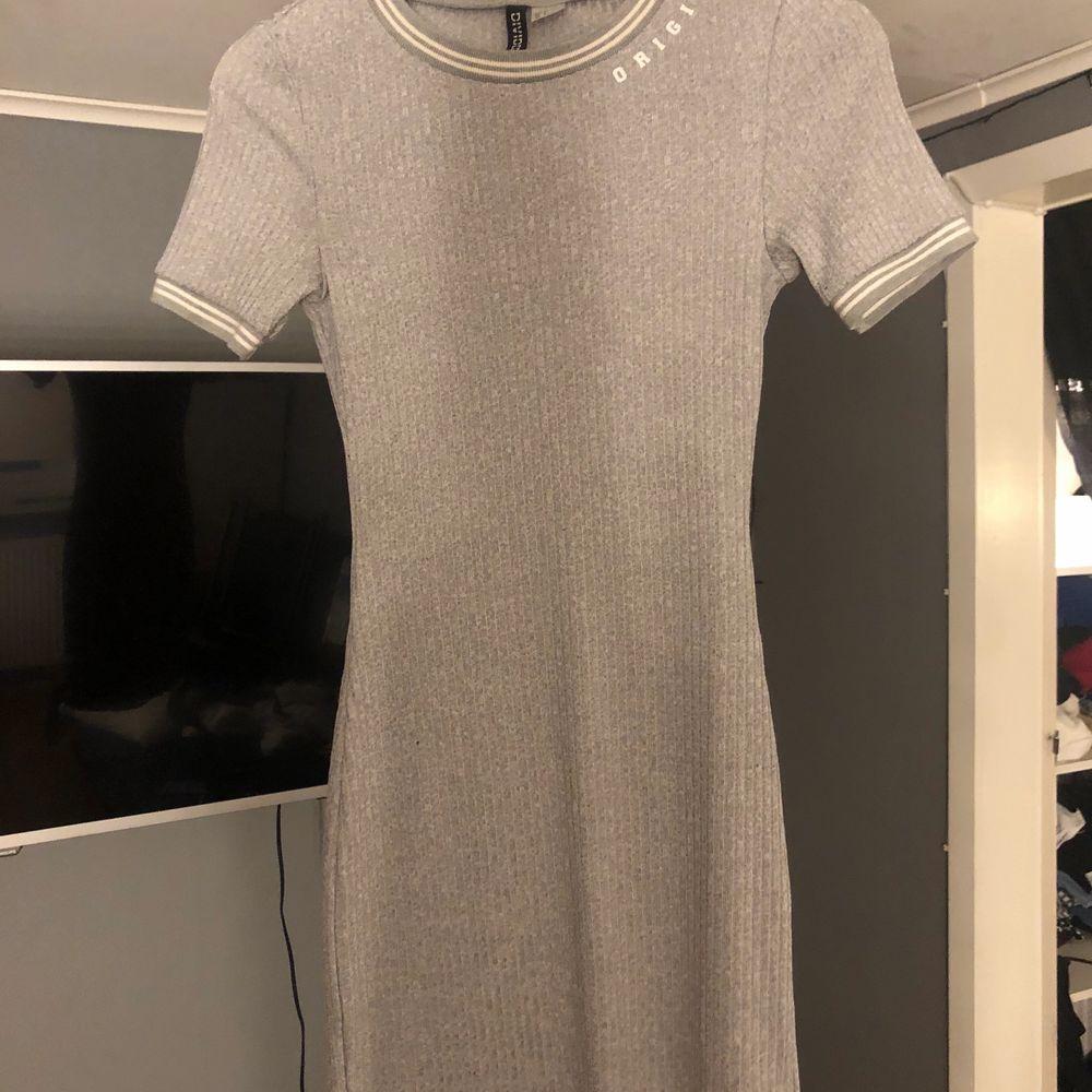 En grå basic klänning som är tajt men väldigt bekväm. Kom med eget förslag på pris!!!!. Klänningar.