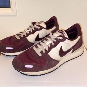 Ett par vinröda nike skor!🤗 det är storlek 42 men passar även 41.