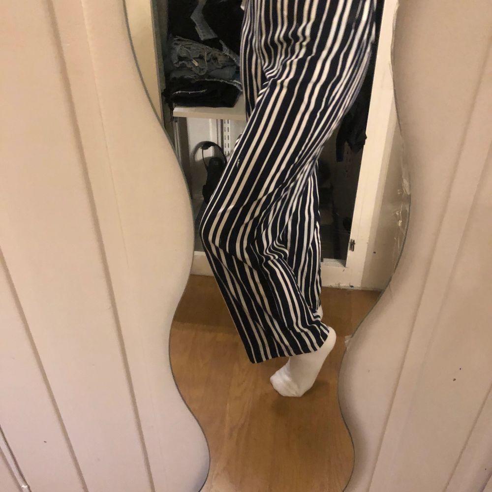 Randiga jätte sköna byxor från vinbok i storlek xs. Säljs pga att jag inte använder de. De har limmats upp för att de var för långa och limmärkerna syns men inget man tänker på eftersom de är vid foten. Det är även därför jag säljer de så pass billigt. . Jeans & Byxor.