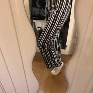 Randiga jätte sköna byxor från vinbok i storlek xs. Säljs pga att jag inte använder de. De har limmats upp för att de var för långa och limmärkerna syns men inget man tänker på eftersom de är vid foten. Det är även därför jag säljer de så pass billigt.