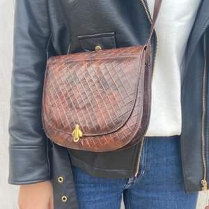 En söt brun axelremsväska med enligt mig, perfekt längt på bandet! Köpt second hand!💛