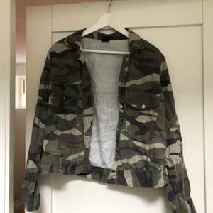 Militärjacka från Gina tricot storlek 40, jag en s och på mig är den oversized. I nyskick.