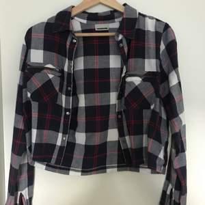 En skjorta som är kort och är i storlek xs