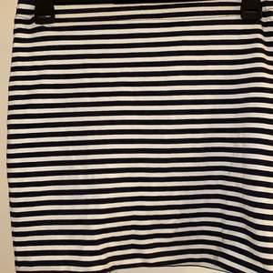 Randig kjol med vitt och marinblått! Endast använd 1 gång🥰
