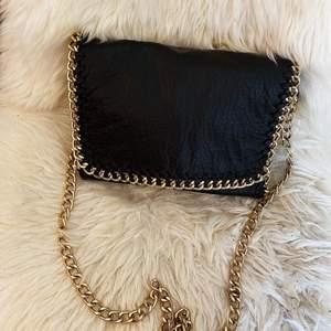 En svart väska med guldig kedja, jätte fin och bra skick. Många fickor i, hämtas upp i Linköping eller så står köparen för frakt 💖💖 Startpris va 500 kr, ser ut som ny!!
