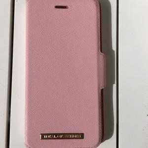 plånboksfodral från idealofsweden 💗 passar till iphone 6 plus/ 6s plus/ 7 plus/ 8 plus. i väldigt bra skick! det svarta skalet medföljer ej eftersom att det är borttappat. det funkar lika bra att sätta in sitt idealofsweden skal. frakten ingår i priset 🥰