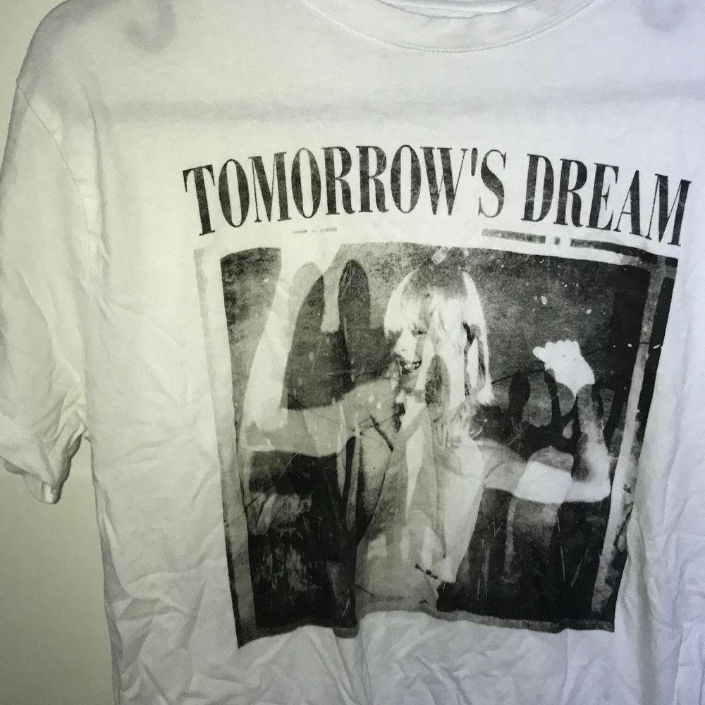 """Trendig rockig tischa med texten """"tomorrow's dream"""". XS från Carlings men ganska stor i storleken! Ord. pris 199kr.. T-shirts."""