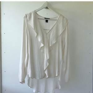Så fin vit chiffongblus med volanger från H&M. Använd 1 gång, som ny!! Storlek 36.