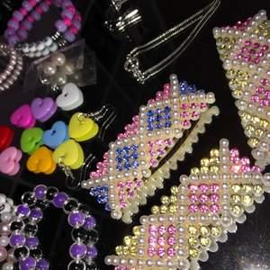 Olika typer av både egen gjorda och köpta smycken/acessoarer🥰💖❤️oanvända! Pris FRÅN 19kr och uppåt❤️💗😂det är bara att be om fler bilder! Hjärtan örhängena är egen gjorda och finns där av i flera fäger💓🤍