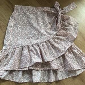 Oanvänd kjol ifrån shein storlek M men skulle säga mer som S. 50kr plus 44kr frakt nypris 140kr