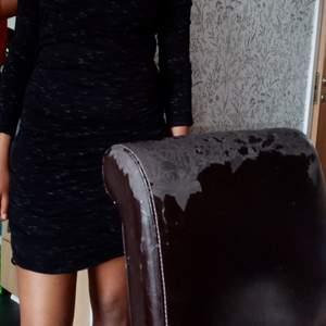 Säljer nu denna fina, sköna klänningen för endast 50 kr. Den kommer inte till användning därav mitt pris. Är 1, 71 m.