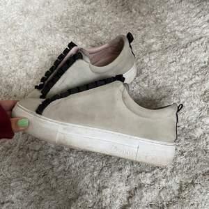 Säljer dessa snygga skor, nypris 1000kr! Fint skick! Skriv för fler bilder💗 Högsta bud: 530+frakr
