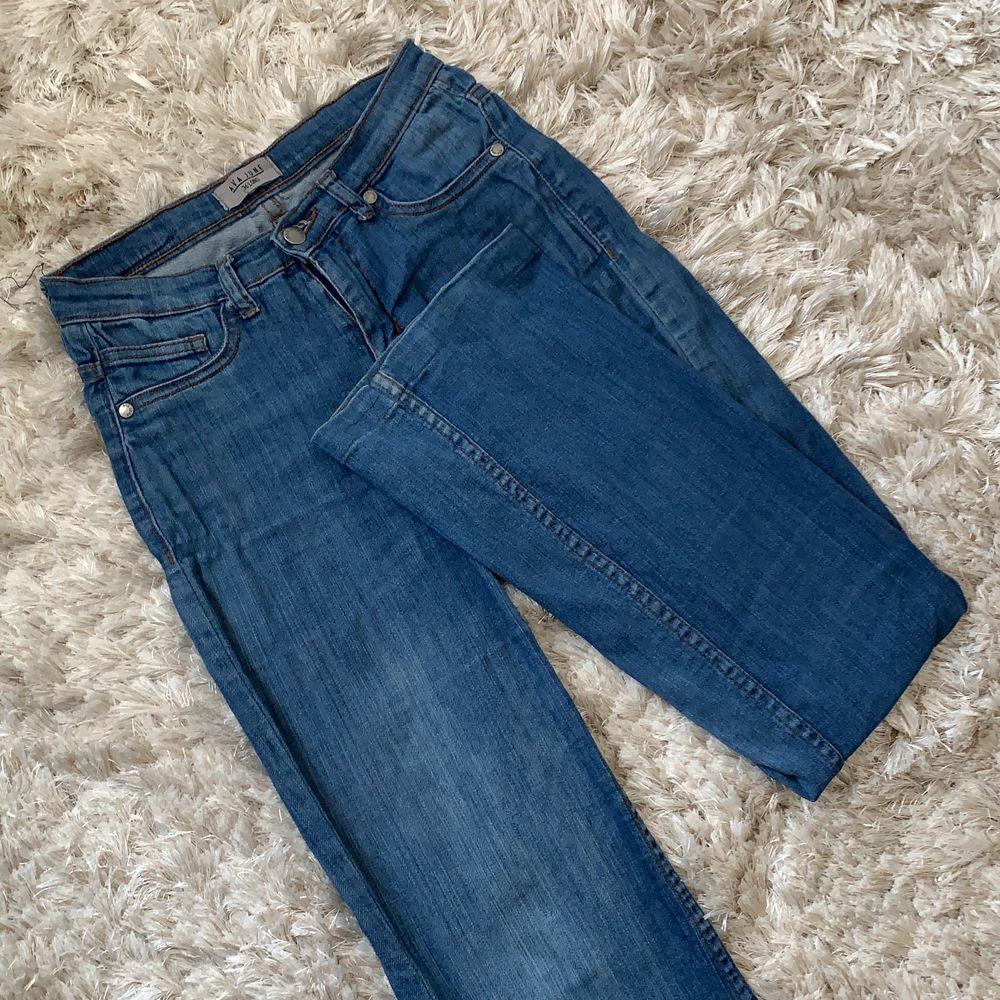 Blåa bootcut jeans från Ava June. Inte mer än ett år gamla och i bra skick. Ganska långa men ska inte behövas läggas upp. . Jeans & Byxor.