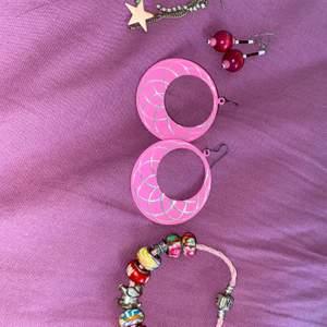 Säljer ett smyckets paket med 3 par örhängen samt 1 armband från Pandora för 100kr. Varorna kommer i en fin smyckets låda. Köparen står för frakt.