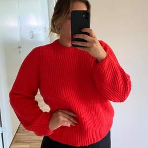Riktigt skön och mysig tröja! 🌺 Klarröd i färgen så bara skriv om du vill ha annan bild