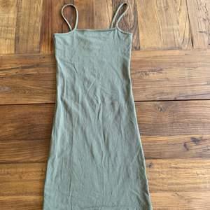Jätte snygg grön bodycon klänning från hm, aldrig använd och är i fint skick, klänningen är grönare irl!