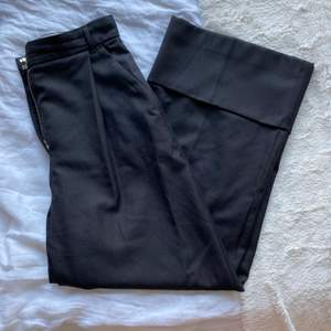 Jättefina rejäla kostymbyxor från hm i storlek 34 men passar också 36. Använda men i gott skicka. Frakten är inräknad 😁
