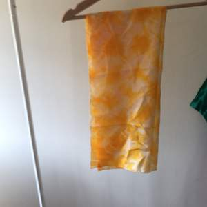 Superfin och helt ny silkes sjal i tie due mönster! Den är av äkta silke 100% och handgjord i en silkes butik i kina! Den är så fin och är perfekt till vad som är trendigt nu! Vid flera intresserade buda i kommentarena! Startbud 200kr!
