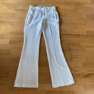 Säljer dom snyggaste vita kostymbyxorna med bootcut som sitter som en smäck på rumpan! Tyvärr blivit för små. 😭 Från Zara! Tyvärr har dom blivit lite smutsiga nedtill som ej går bort  (pga längre i modellen) så har släpat lite i marken, syns dock ej så mk