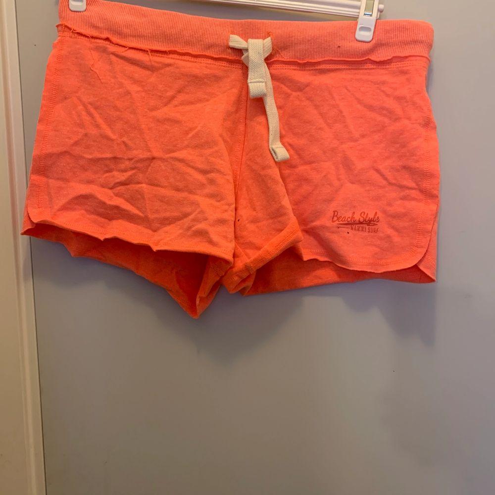 Oranga mjukisshorts, i bra skick. Hör av dig om du undrar något💓 köparen står för frakten💓. Shorts.