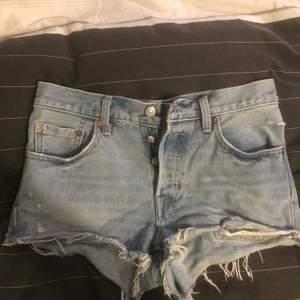 As snygga levis shorts, säljer pga för små för mig. Relativt använda men fortfarande bra skick, inga fläckar. Jag är en M och de är för små, passar en XS/S. Står W26