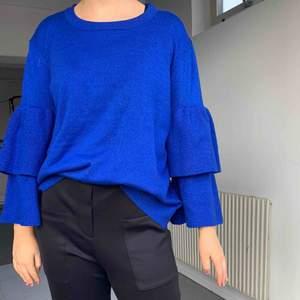 Blå stickad tröja som glittrar  Använd ett fåtal gånger så i mycket bra skick!  St. M   Köparen står för frakten om inte köparen kan mötas i Göteborg!