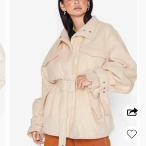 Säljer denna fina jacka använd en enda gång annars har den bara hängt i garderoben. Köpt från nelly. Märke missguided. Den kommer inte till användning då det inte är min stil. Passar även en 38. Lika fin i verkligheten