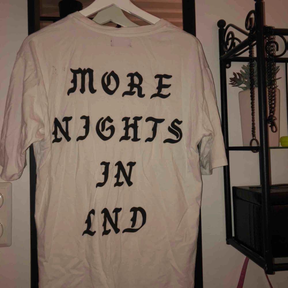 Super snygg t-shirt från Zara man. Köparen står för frakten🥰. T-shirts.