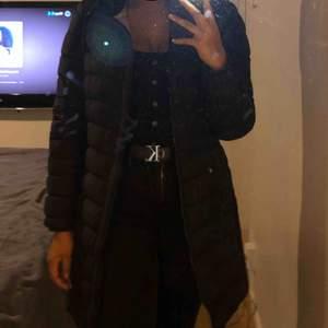 Detta är en svart PJS jacka i en lång modell (dunjacka). Den är köpt för bara några månader sedan och är i bra skick, jag har bara tröttnat:)