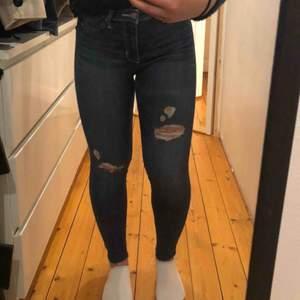 Jättefina jeans från hollister men lite slitning 💗💗 Har sjäv klipp dem så de passar perfekt till mig som är 150 cm