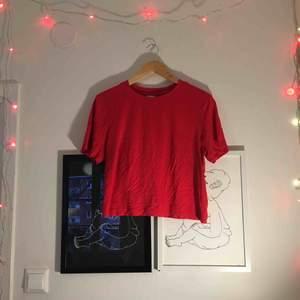 Röd magtröja / kortare t-shirt från Ginatricot❣️