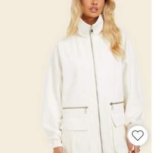 Säljer denna supersnygga jacka som även kan användas som en klänning. Kläningen är använd Max 2 gånger. Nypris 799kr. 🤍🤎