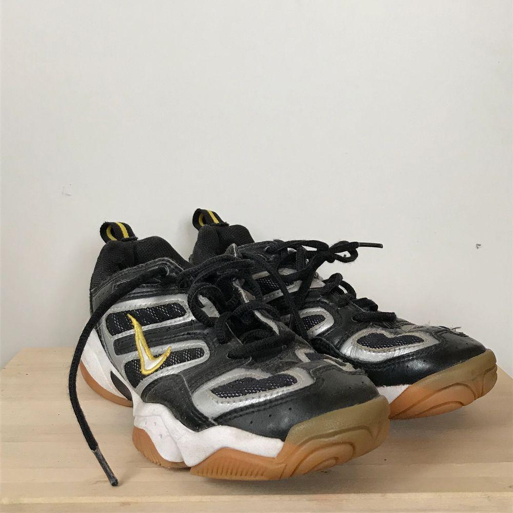 As häftiga Nike sneakers som tyvärr inte kommer till användning. Köpta nya för ungefär 3 månader sen och har använt den 1 gång, och väljer därför att sälja vidare dem. Köparen står för frakt och har ni frågor så är det vara att skriva 💛. Skor.