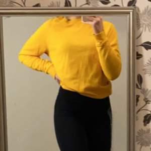 Säljer nu denna orange gula tröjan, då den inte kommer till användning längre. Den är från H&M och är i storlek S men passar även XS. Lite nopprig men annars fin. Färgen ser man bäst på sista bilden. Skriv för fler/tydligare bilder🤍