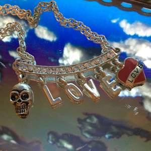silverfärgat halsband med dödskalle och hjärta, bra skick