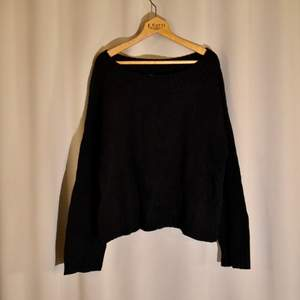 En fin svart stickad tröja från H&M. Off-shoulder. Storlek M men passar även de med S. Frakt tillkommer! 🌿