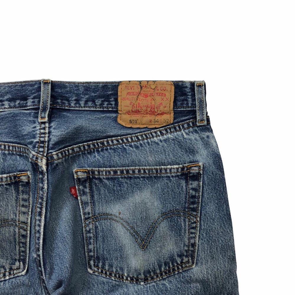 Okej skick pga slitningar och färgstänk. Sitter lite mindre i midjan. Skriv för mer info!. Jeans & Byxor.