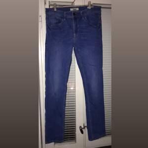 Ljusblåa jeans i märket Blend, knappt använda. I väldigt bra skick, fräscht använd och inga problem.  Tar helst kontanter. (Priset kan diskuteras vid snabbaffär)