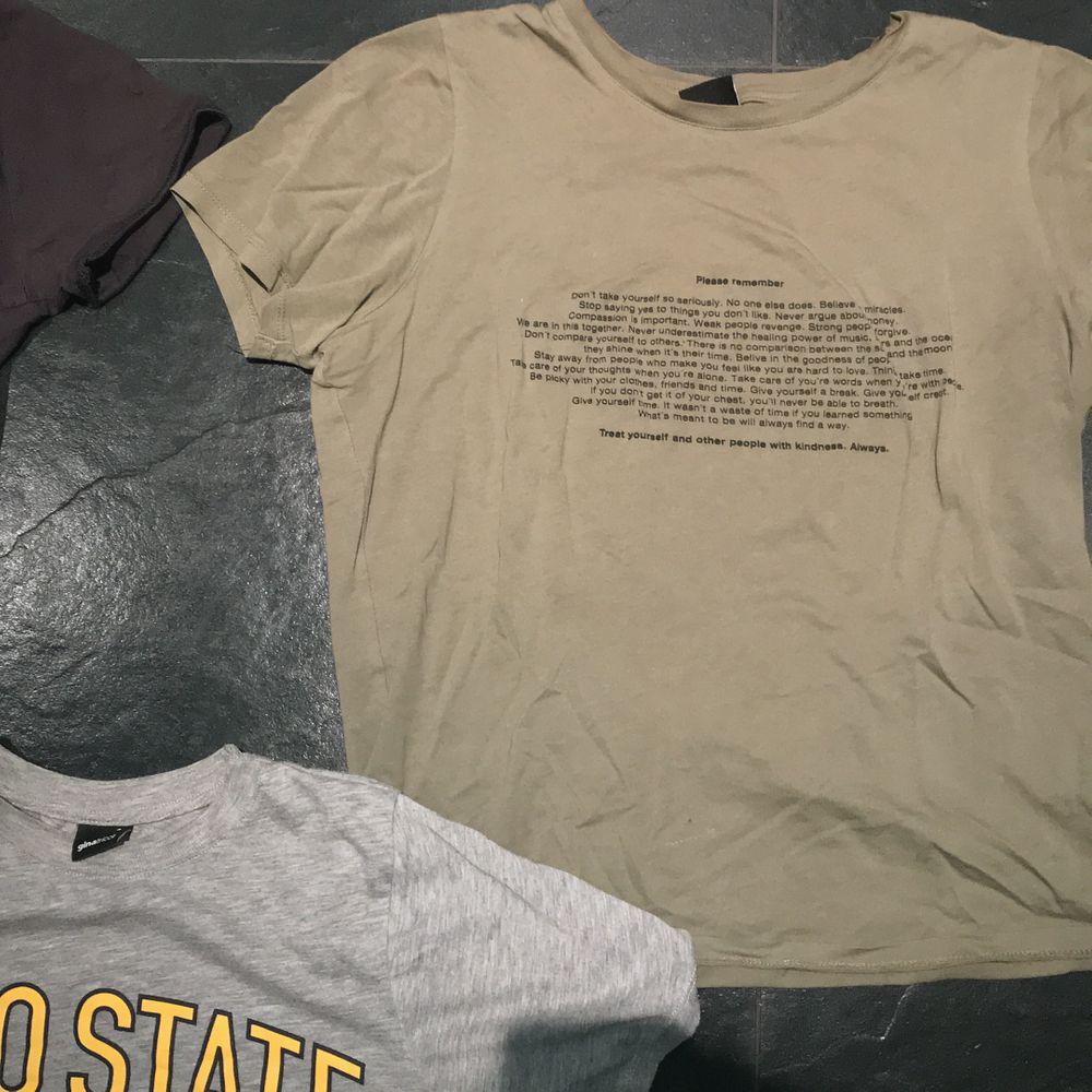 Fina t shirts med tryck från ginatricot, alla i storlek S förutom den militärgröna som sägs vara i XS men den ser identisk ut i storleken som de andra. Fint skick! Inga hål eller fläckar!💕.                                     1 t-shirt = 70kr + frakt(30kr)                                                          2 t-shirts = 120kr + frakt(30kr)                                               Alla t-shirts = 190kr + frakt(66kr).                                 Skriv om du kan tänka dig köpa billigare så ordnar vi de!. T-shirts.